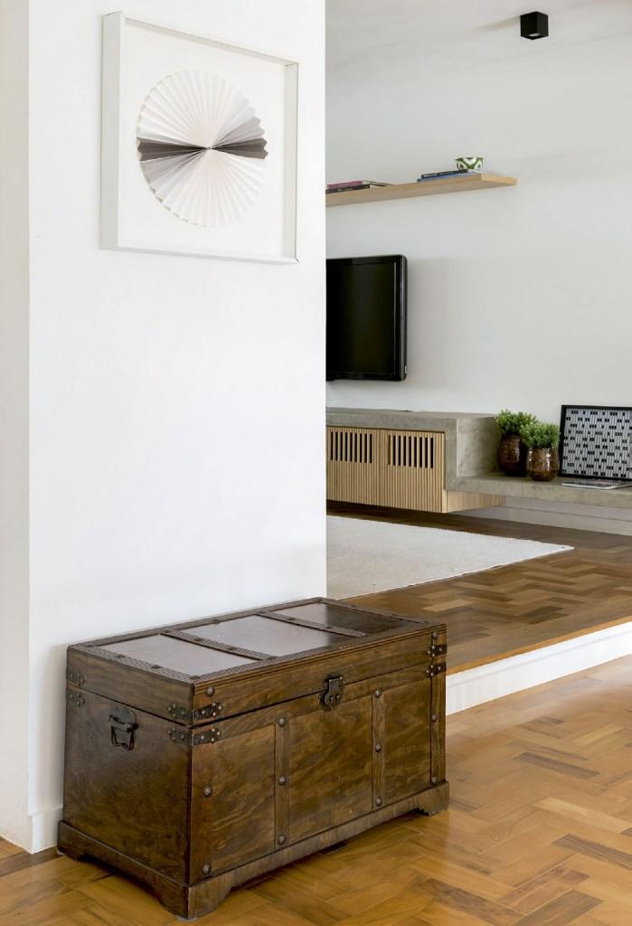 Aqui, a marcenaria, de linhas retas e elegantes, une os ambientes de estar em um grande espaço integrado