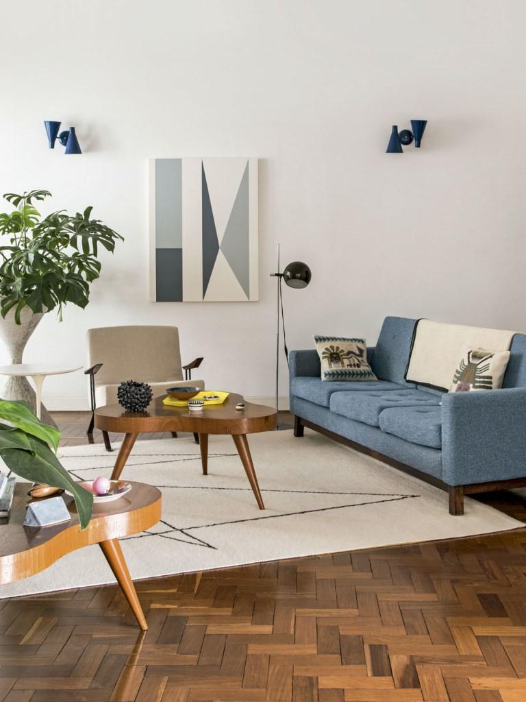 Tons azuis tomam conta da sala. O tapete foi desenhado pelo morador, e a poltrona é de Percival Lafer.