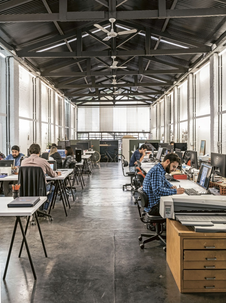 O espaço de trabalho não tem divisórias, permitindo uma interação maior entre os escritórios.