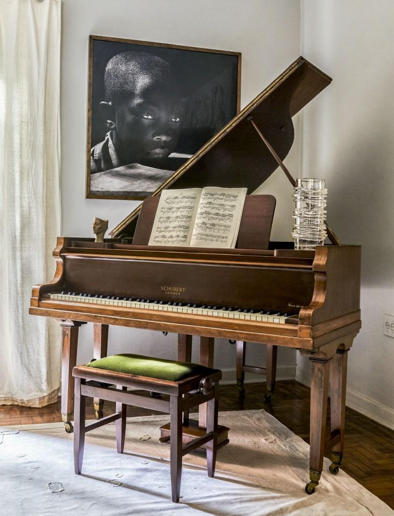 Piano vintage e fotografa de Maureen Bisilliat, da série Menino-Anjo.