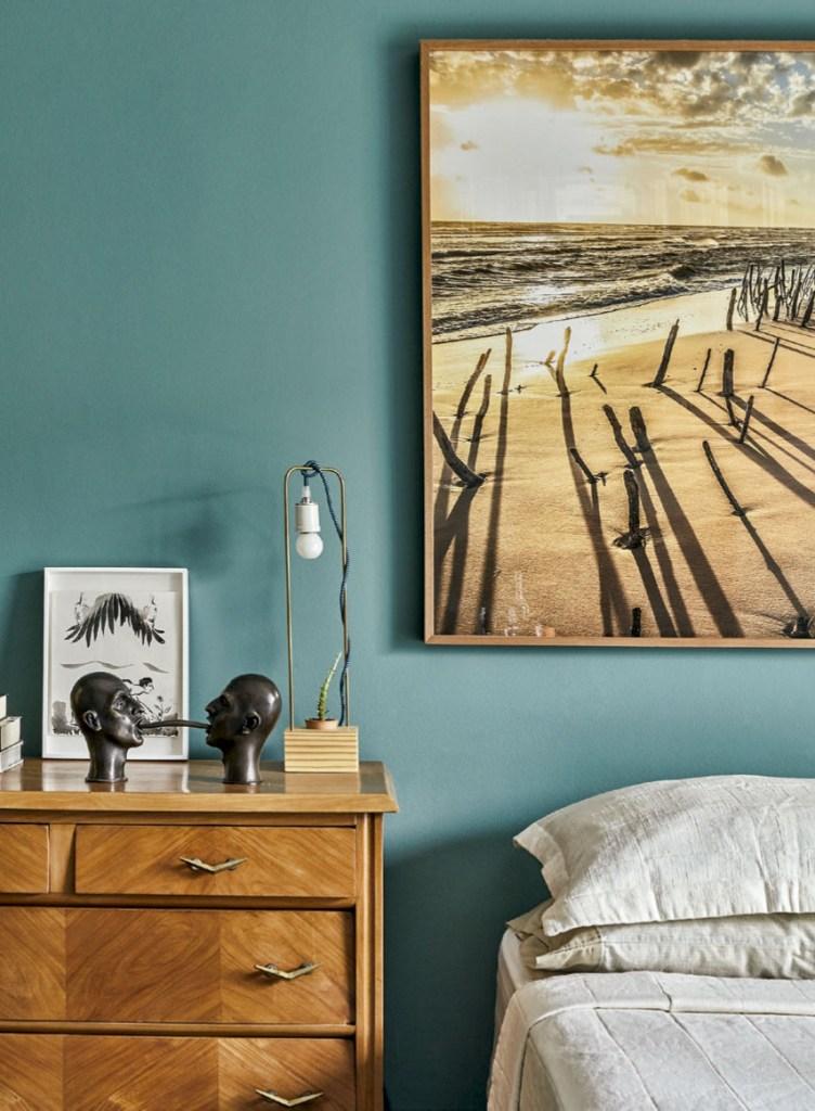 Acima da cama, foto de Valdeci Ribeiro e, sobre o gaveteiro, cabeças de bronze de Florian Raiss.