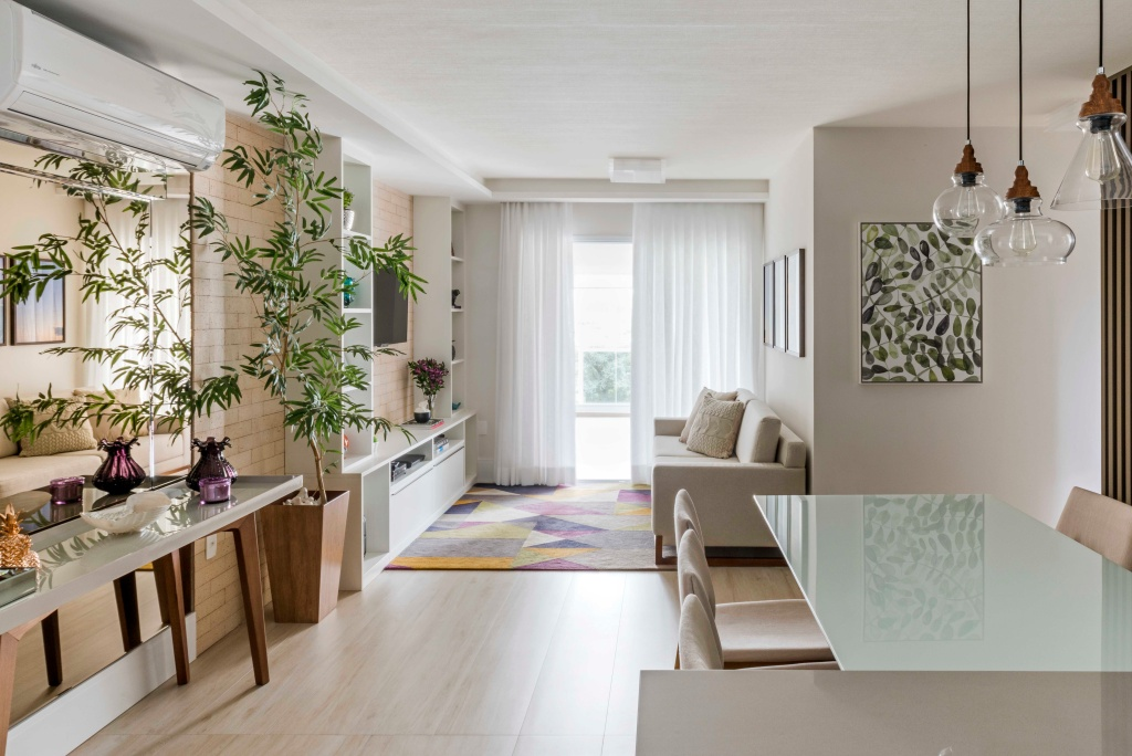 Sala de estar integrada e bem iluminada