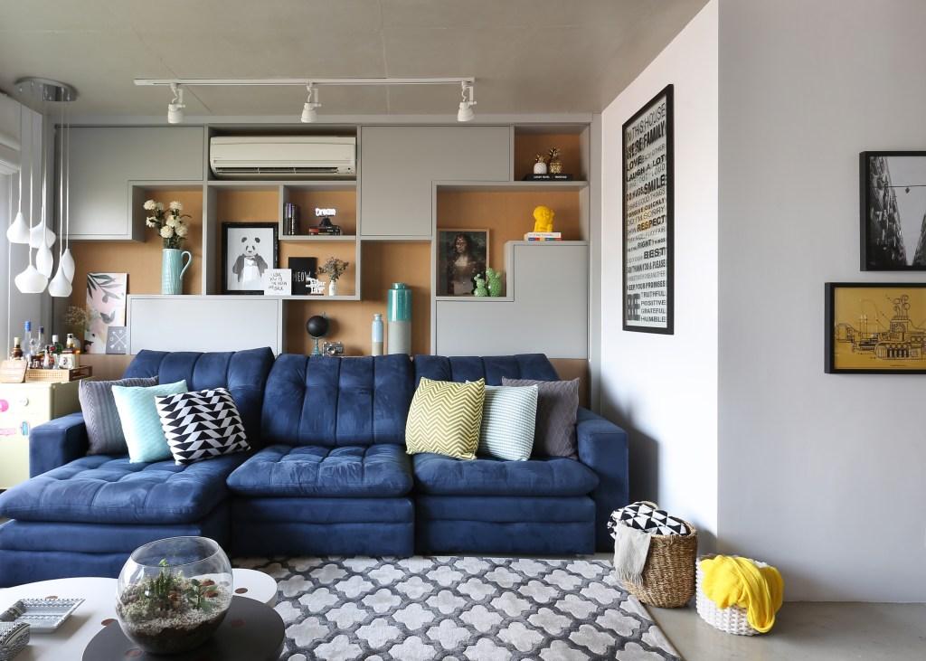 Sala com sofá azul