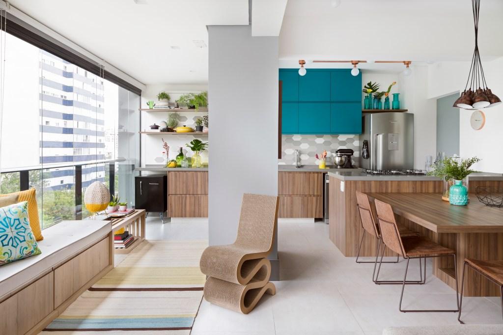 Área social integrada, iluminada e colorida perfeita para receber