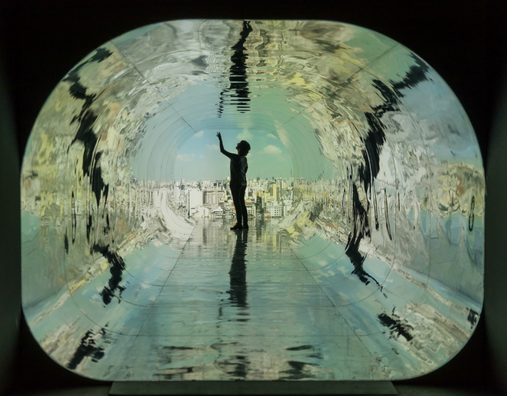 As obras da dupla brasileira Rejane Cantoni e Leonardo Crescenti e do inglês Haroon Mirza ficam em cartaz até 9 de setembro