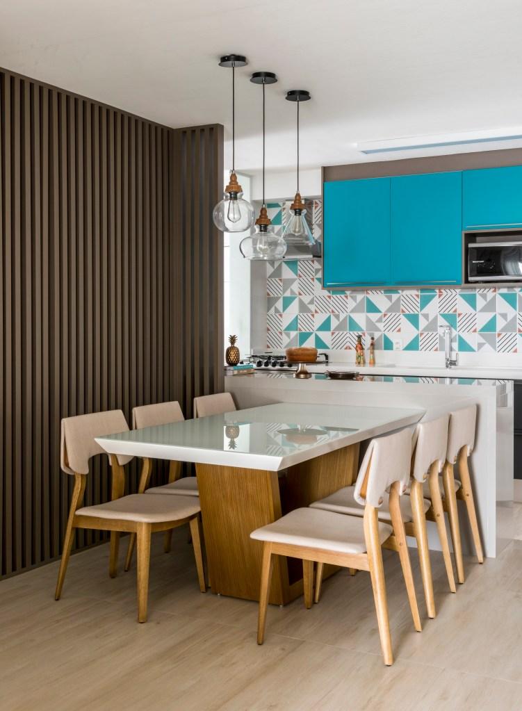 Cozinha com armários e ladrilhos azuis