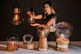 Designer Marta Manente com sua coleção de luminárias Lampadari