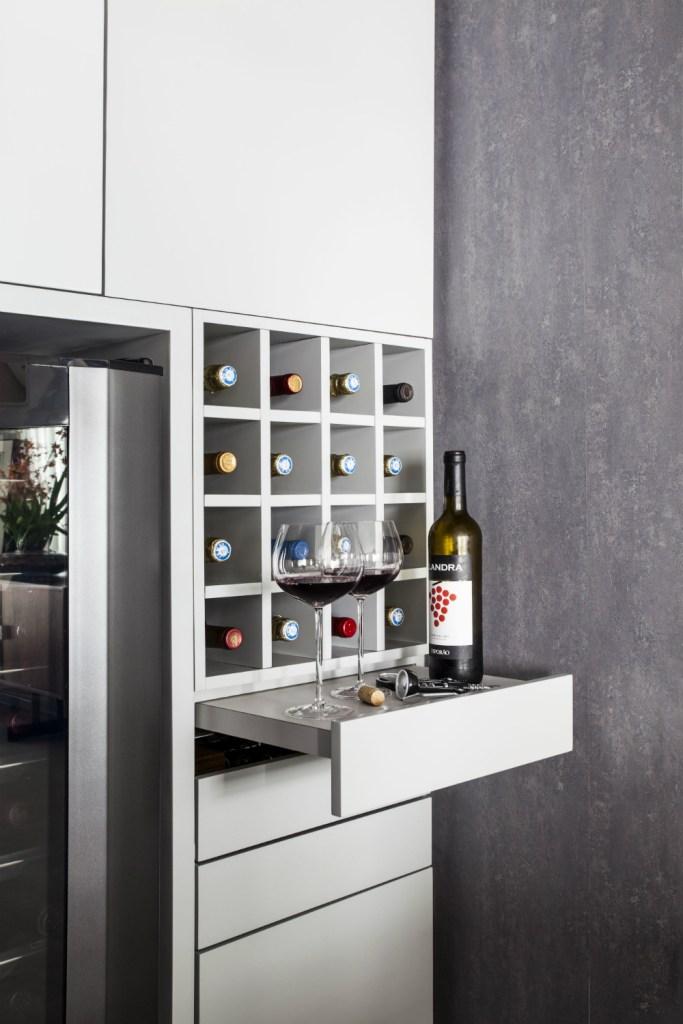 Em estantes, nas paredes ou em um espaço fechado, as garrafas ganharam destaque nos projetos a seguir