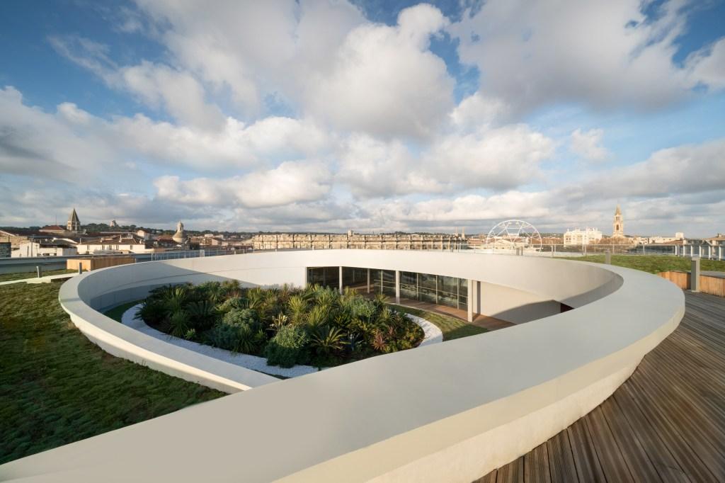 A arquiteta brasileira venceu uma competição para projetar o museu, em Nîmes, que abre suas portas no próximo dia 2 de junho