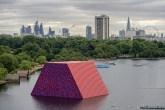 A estrutura temporária é o primeiro grande trabalho público ao ar livre assinado pelo artista no Reino Unido