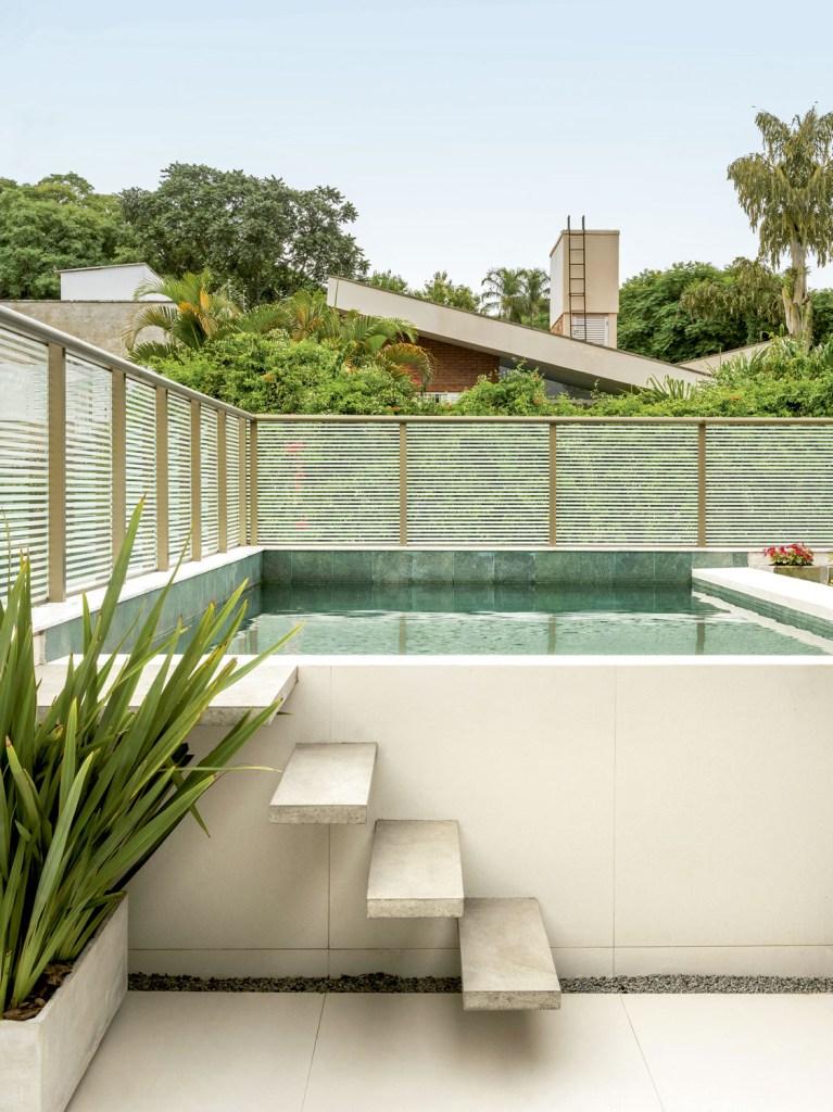 Animados, os moradores fizeram questão de uma área de estar espaçosa, integrada com o jardim e a piscina, para receber os amigos com muito conforto