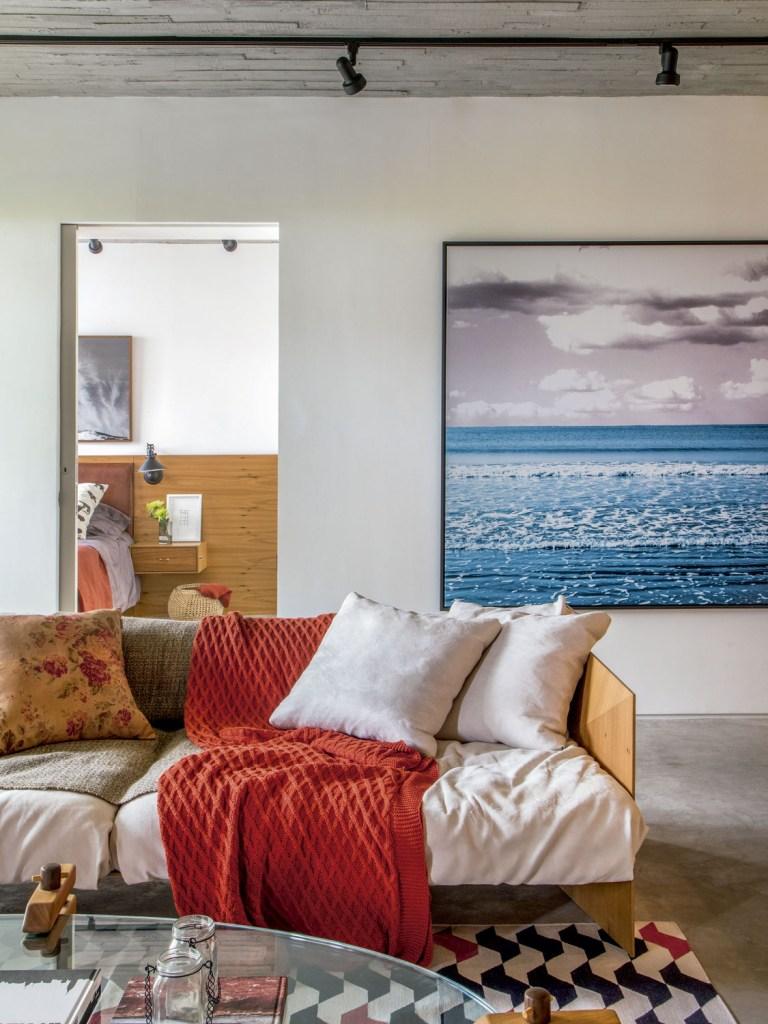 Com paredes cobertas de aço corten e ambientes integrados ao máximo, este apartamento ganhou um tom masculino