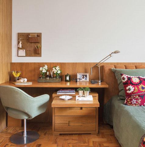 Sobreposta ao criado-mudo, a bancada também faz as vezes de mesa lateral no projeto da designer de interiores Marina Linhares.