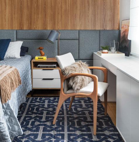"""A dupla função se destaca, do mesmo modo, na proposta de Melina Romano. """"Quando aberto, o móvel vira penteadeira"""", diz a designer de interiores. A almofada(Codex Home) sobre a cadeira (Clami) é puro aconchego."""