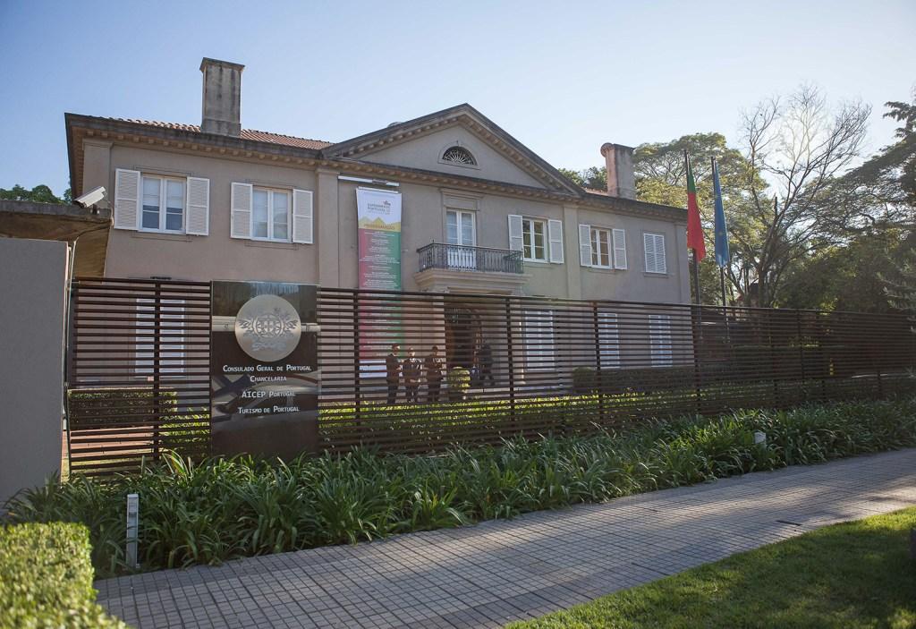 A dupla de designers assina peças em cortiça, criadas para uma exposição própria no Consulado Geral de Portugal em São Paulo