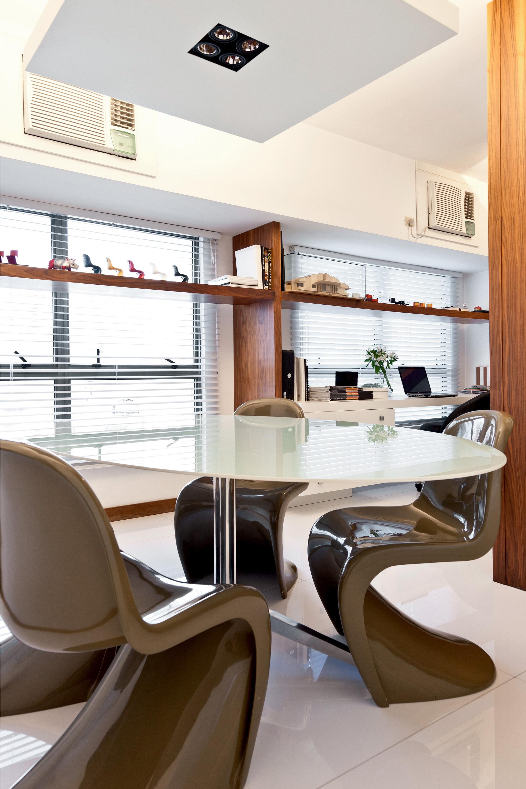 Escritório da arquiteta Karen Camilotti, mesa Knoll e cadeiras Panton.