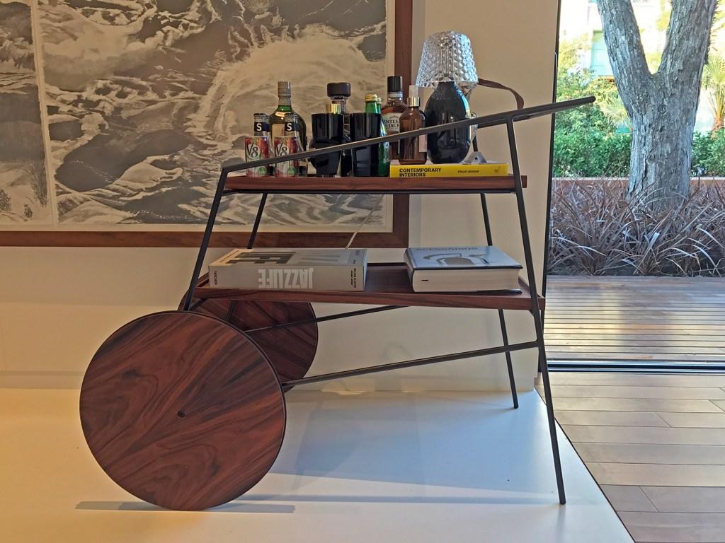Em bandejas, móveis e carrinhos de chá, as garrafas e taças ganharam atenção especial na mostra de decoração