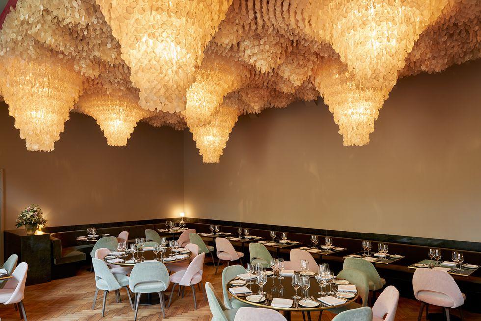 salão do restaurante com o teto repleto de conchas iluminadas