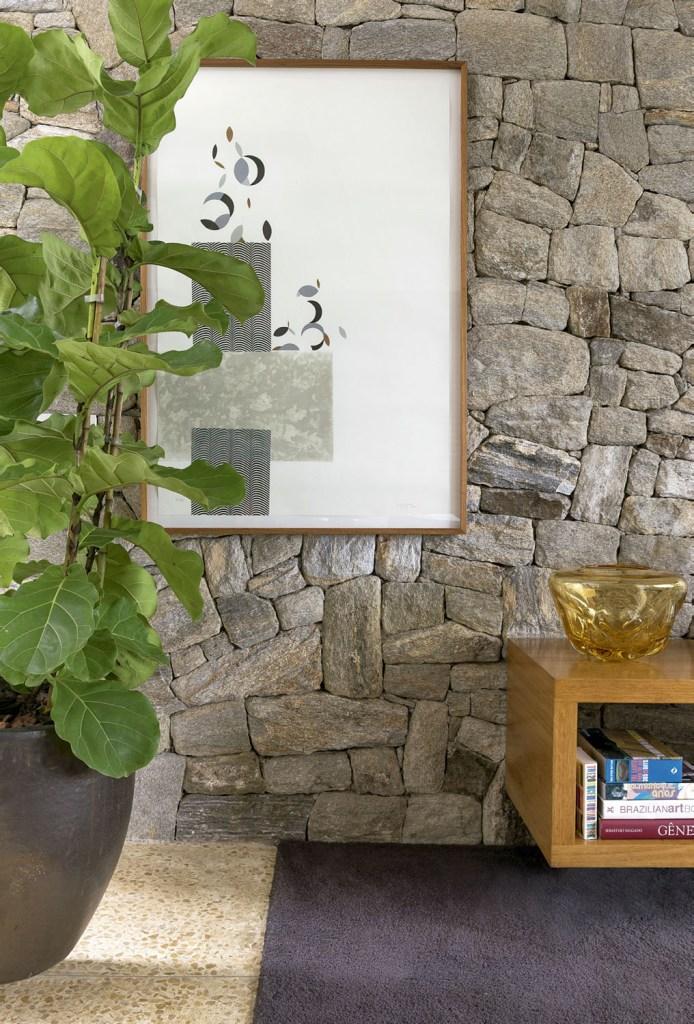 Arquitetura e paisagismo dialogam o tempo todo nesta morada, cheia de painéis de vidro voltados para o jardim