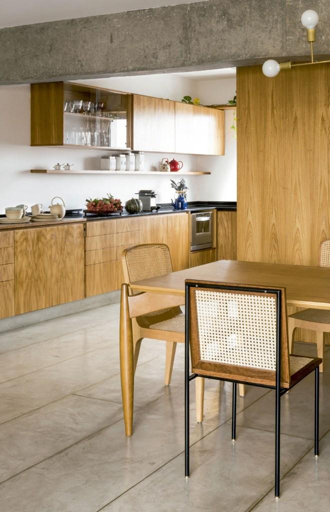 Depois da reforma, o apartamento ficou como a moradora sonhava: com ambientes integrados, muita luz natural e espaço de sobra para receber a família