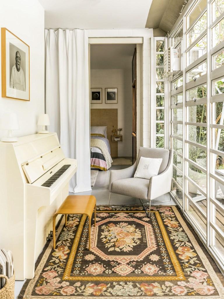 O espaço do arquiteto Greg Bousquet reflete o seu trabalho com formas limpas e muito verde