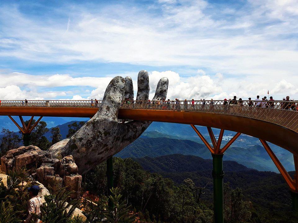 Escultura gigante em ponte atrai turistas no Vietnã