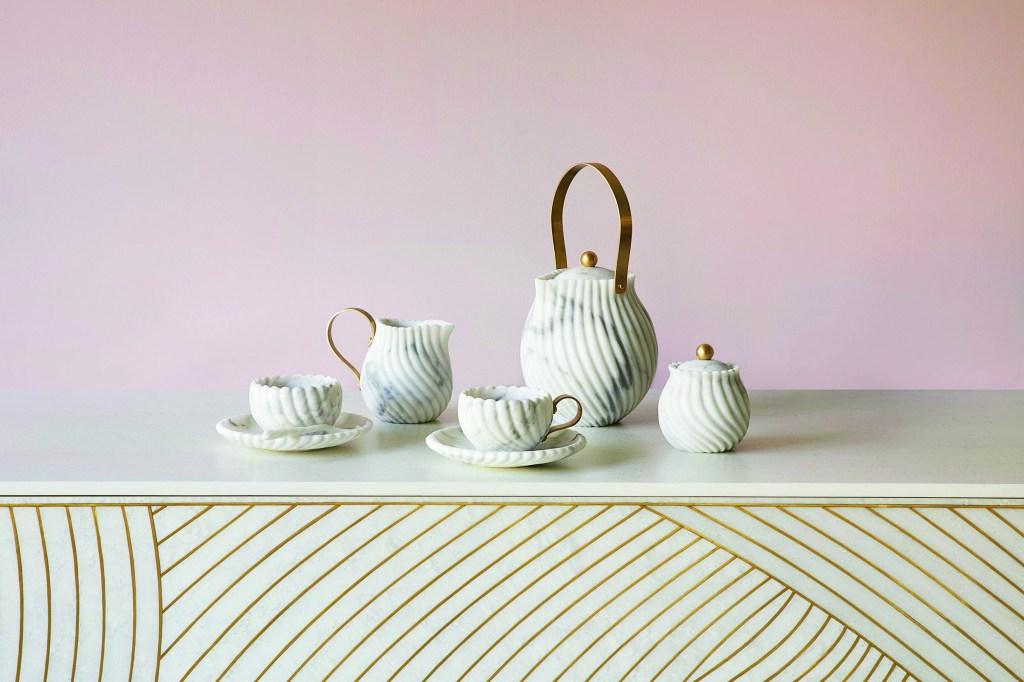 jogo de chá feito em mármore com detalhes em dourado