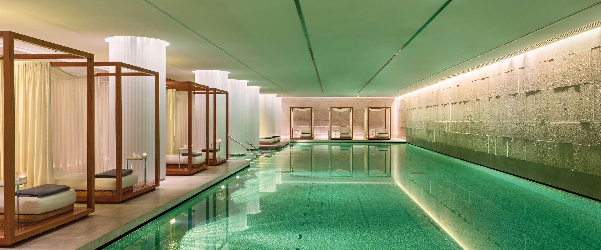 15 piscinas surpreendentes em ambientes fechados ao redor do mundo