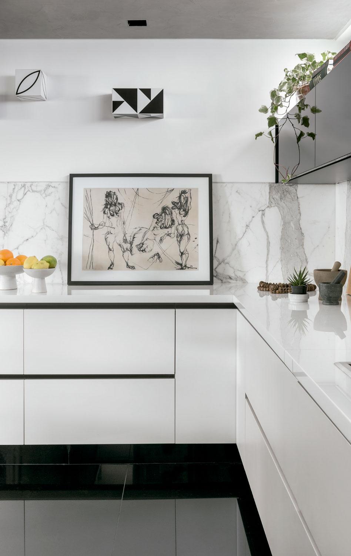 Uma reforma total trouxe novos materiais e ar minimalista a este apartamento paulistano