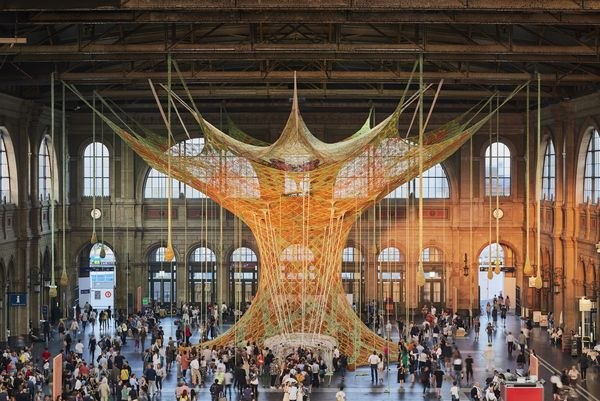 Artista brasileiro cria instalação gigante de crochê em Zurique
