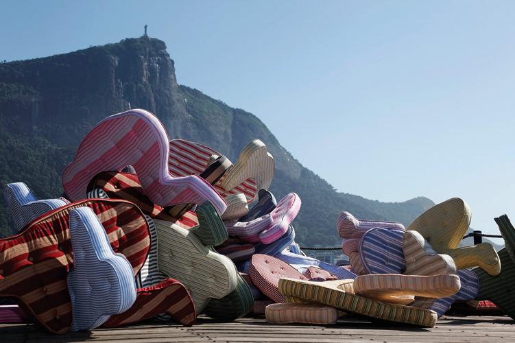 Há 10 anos Heleno Bernardi viaja o mundo com suas esculturas de espuma