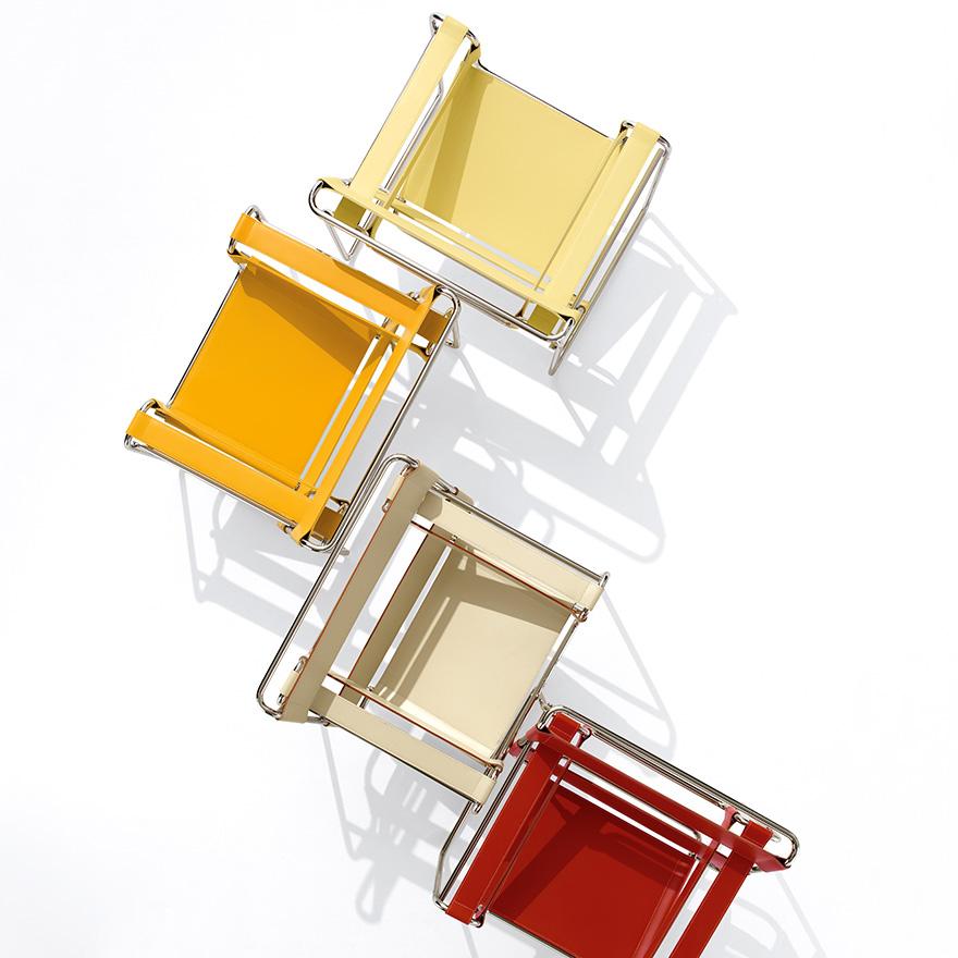 Quatro cadeiras Wassily nas cores amarela, laranja, bege e vermelha