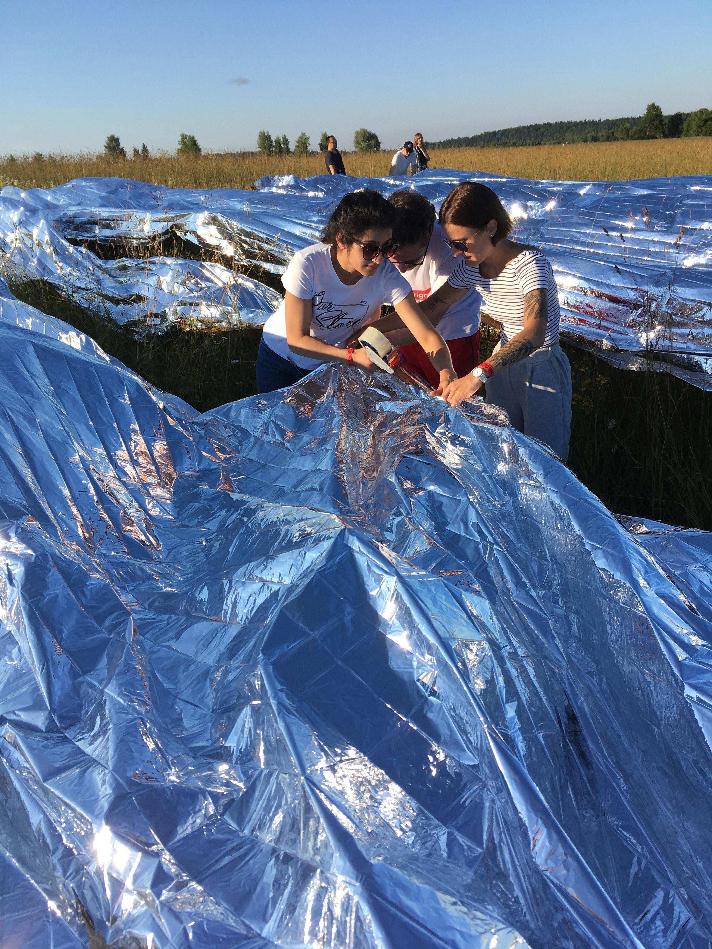 Arquiteto russo cria instalação gigante com cobertores espaciais da Nasa