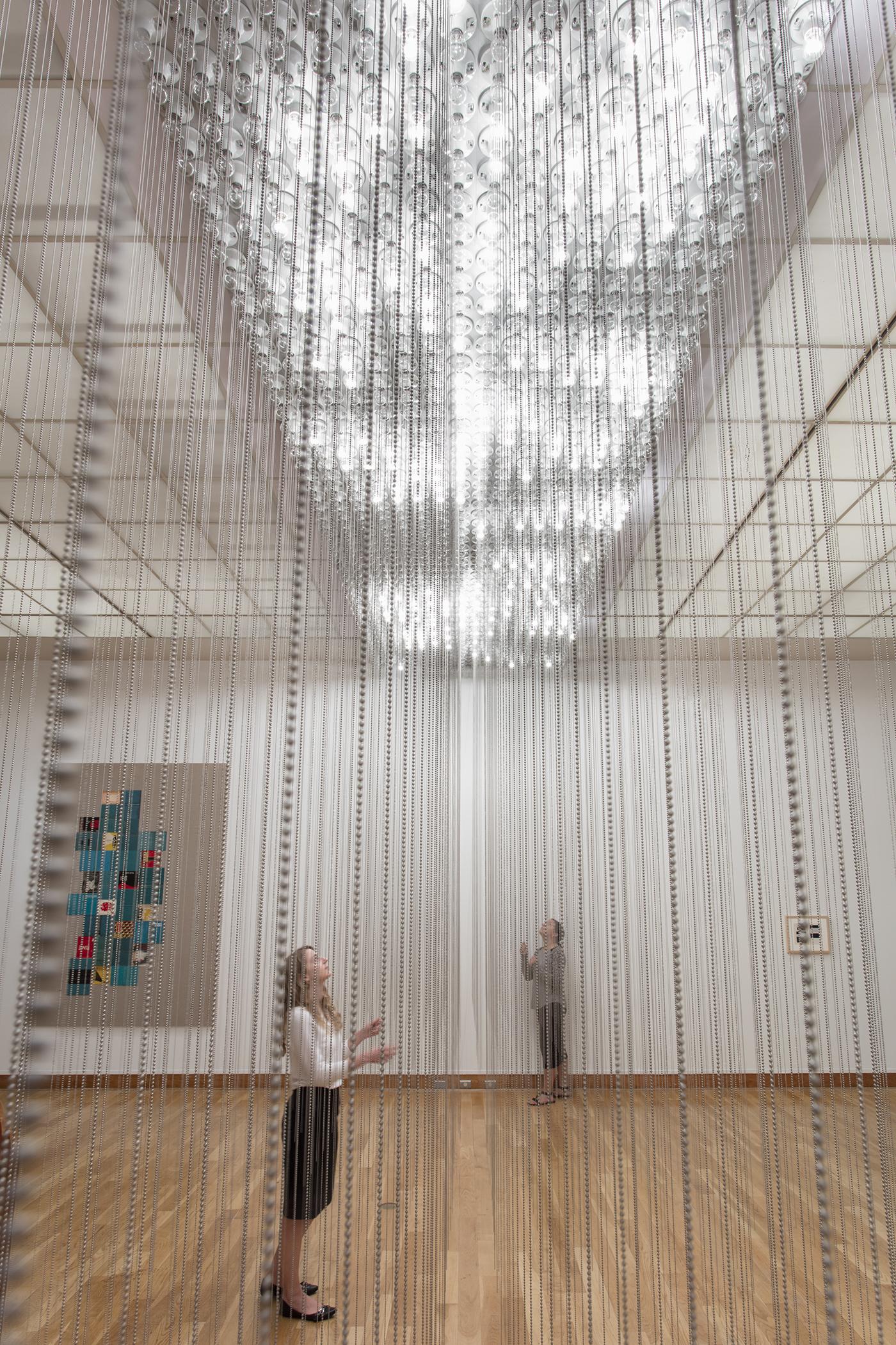 Série Vaga Lume (2007), com fios pendurados que vão do teto ao chão